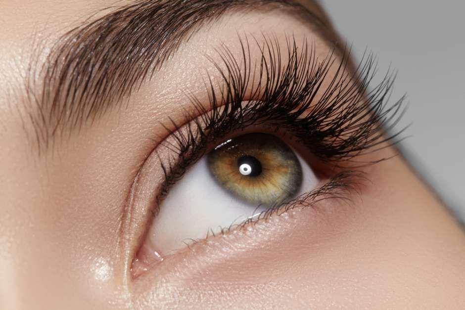 ojos con pestañas