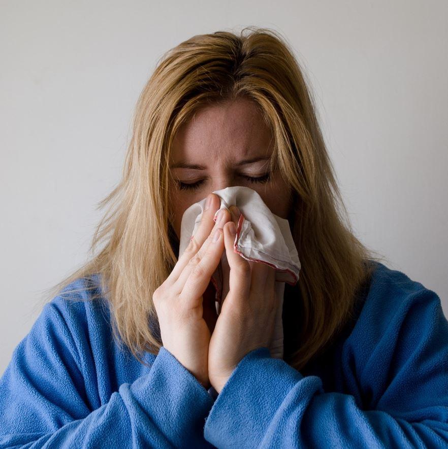 mujer resfriada nariz