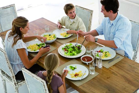 familia comiendo disfrutando de salud dental