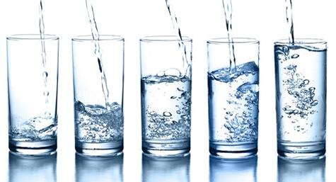 Hidratación con agua durante entrenamientos