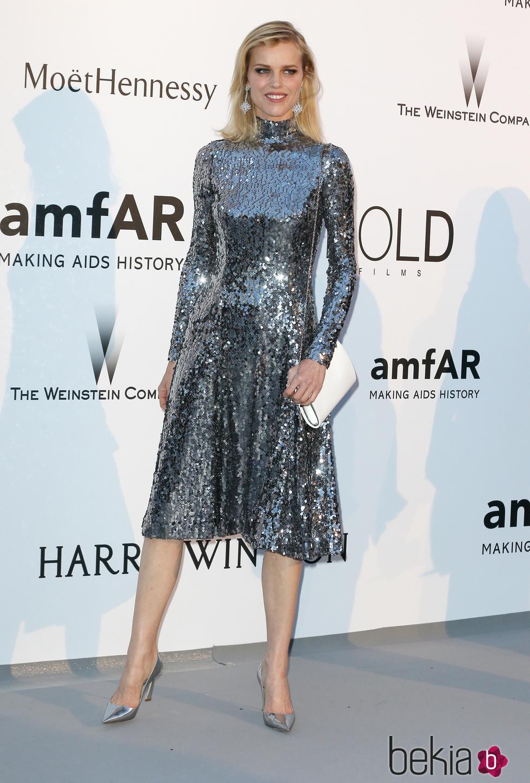 La metamorfosis de Eva Herzigova en Dior para la Gala amFar de Cannes