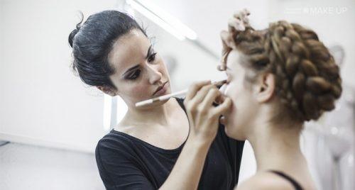 CÓMO DISIMULAR LAS BOLSAS EN LOS OJOS  (Conoce las claves para hacerlo con maquillaje)