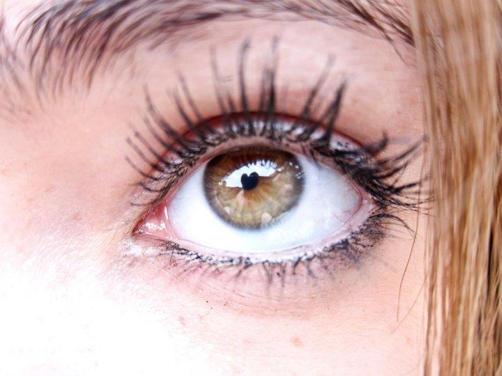 ojo grande y pestañas