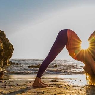 Tonificar el cuerpo saludando al sol (o a la luna) en yoga